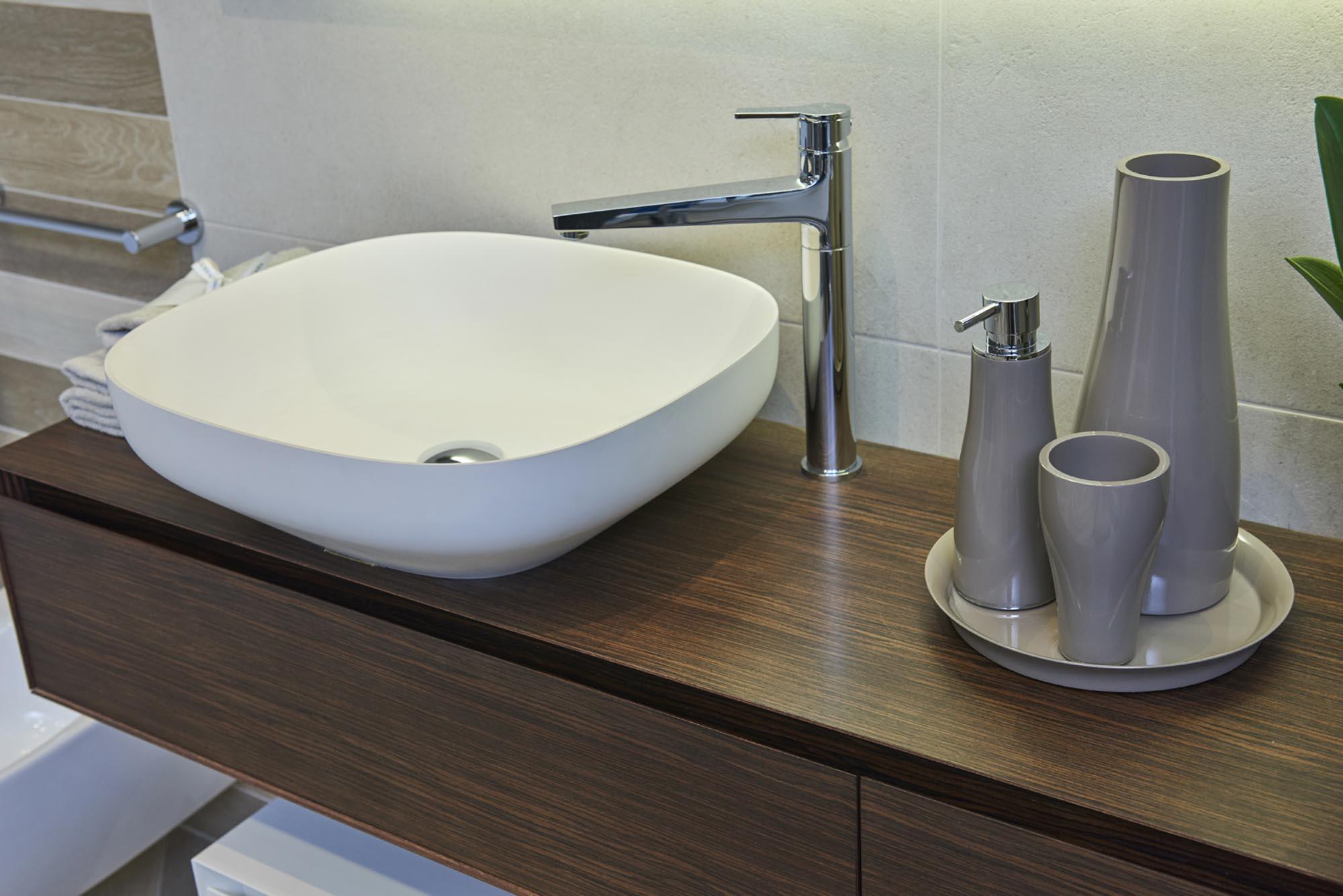 Showroom SVAI_Tassullo_arredobagno moderno lavabo appoggiato