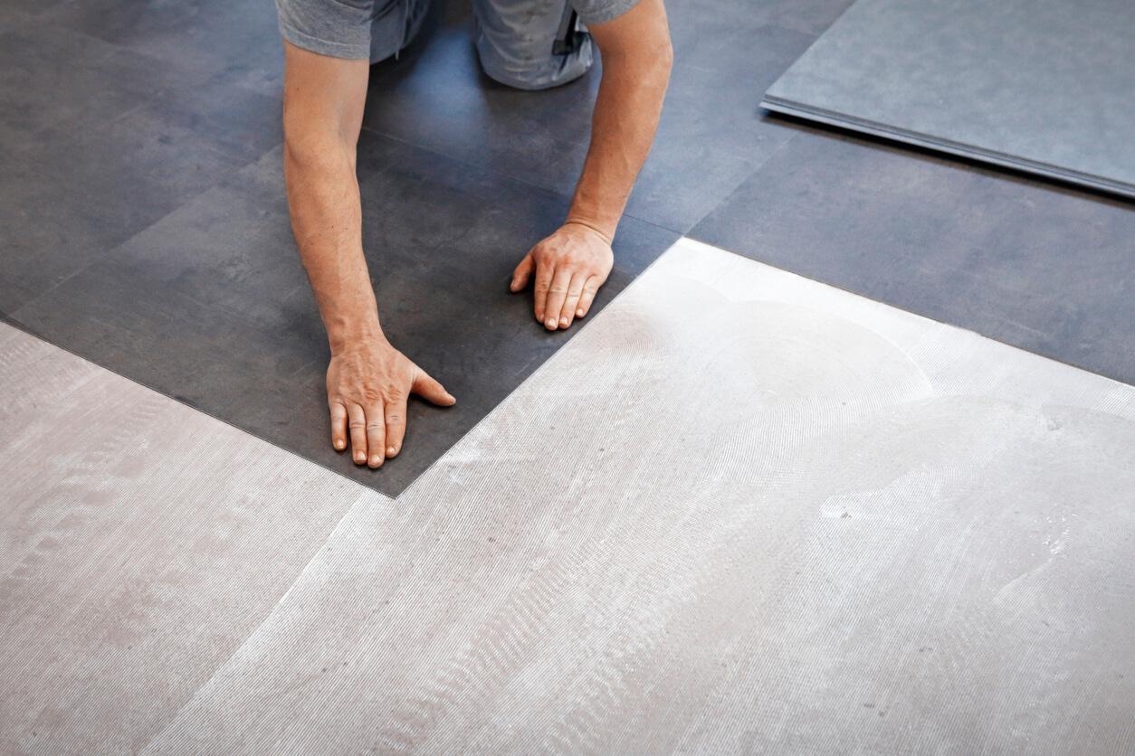 pavimenti e rivestimenti SVAI_pvc scuro adesivo installazione