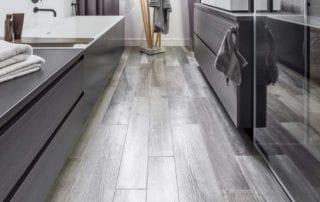 SVAI_bagno piccolo pavimento gres porcellanato effetto legno grigio
