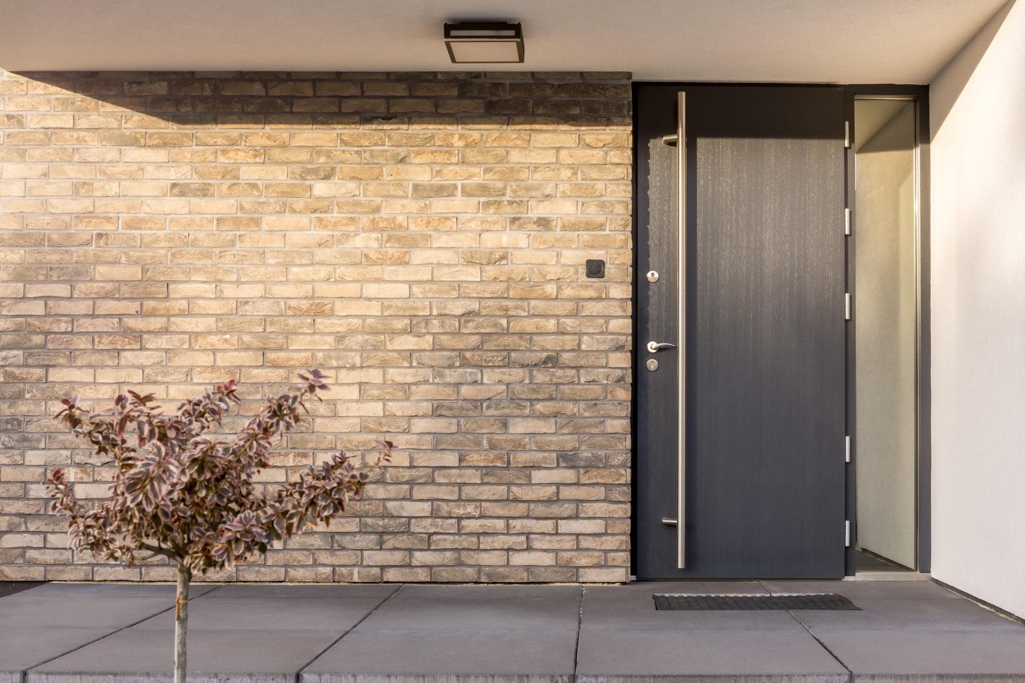 SVAI_porta blindata grigia in alluminio e vetro con maniglione