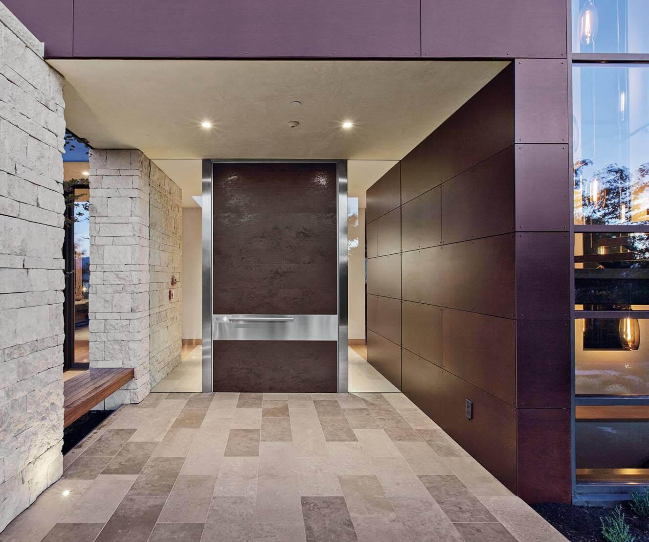 SVAI_porta blindata marrone effetto cemento con maniglione orizzontale in acciaio