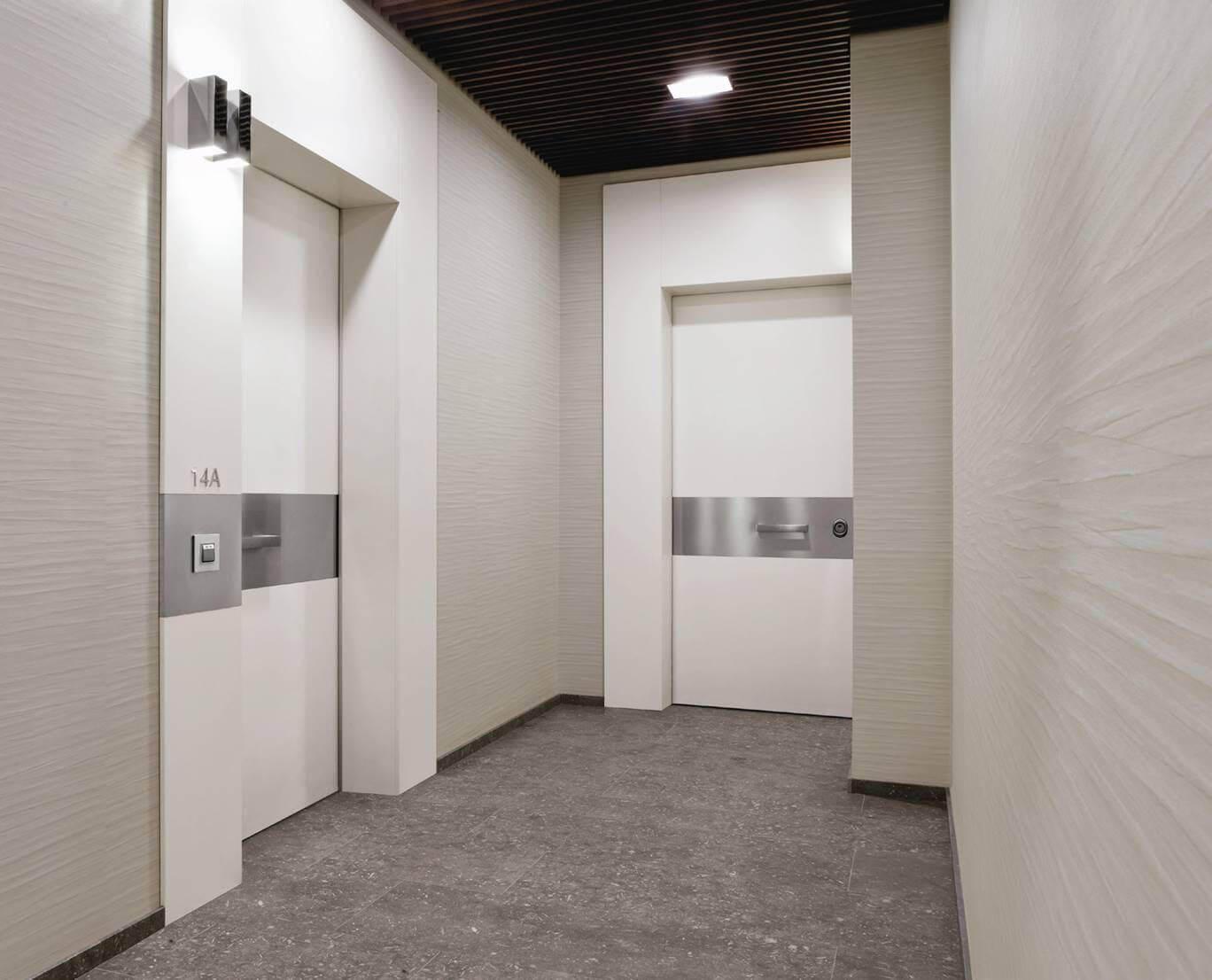 SVAI_porta blindata incassata muro bianca e acciaio