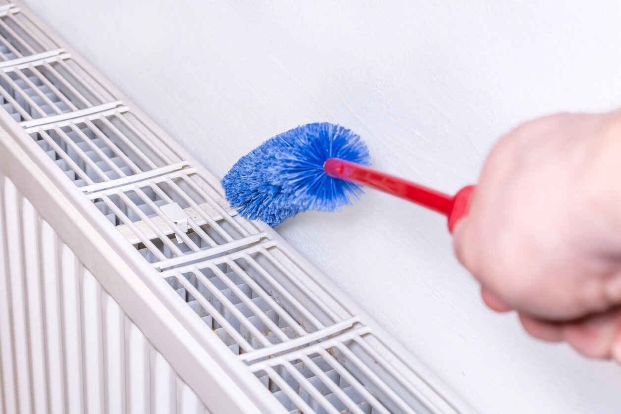 pulire termosifone con spazzola