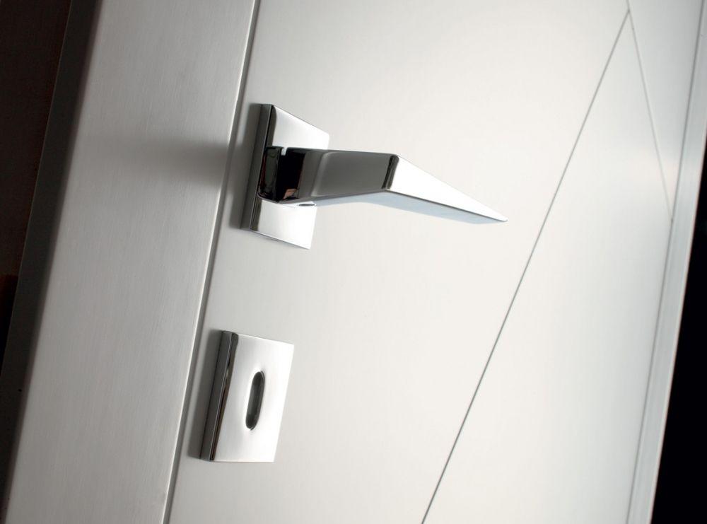 Maniglia acciaio lucido design minimal per porta bianca laccata