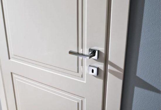 Maniglia squadrata acciaio lucido per porta bianca classica