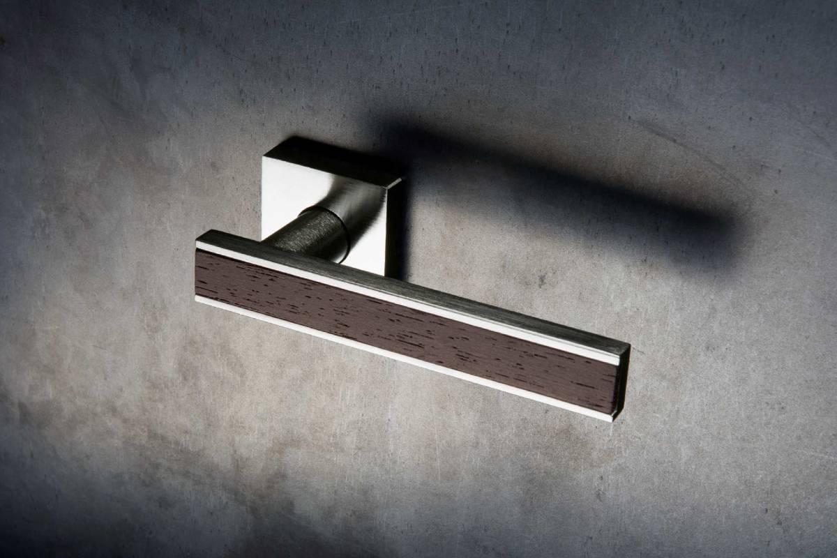 maniglia moderna design squadrata acciaio e legnosu porta color cemento